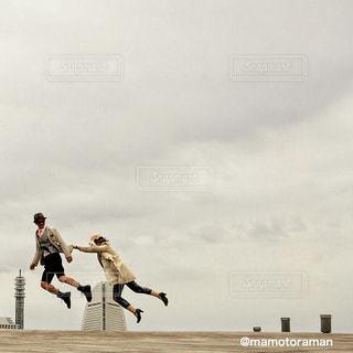 空気中のジャンプの人々 のグループの写真・画像素材[340]