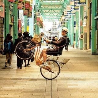 自転車の横にある歩道を歩いて人々 のグループの写真・画像素材[337]