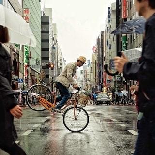 街の通りを歩いている人のグループの写真・画像素材[336]