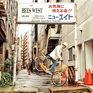 自転車は建物の脇に駐車の写真・画像素材[334]