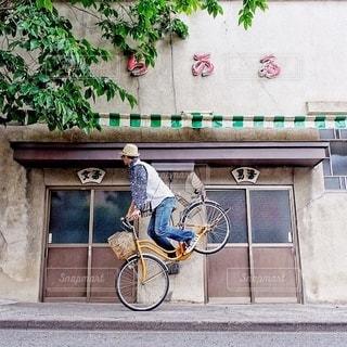 自転車は建物の脇に駐車の写真・画像素材[328]
