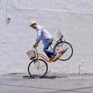 自転車の後ろに乗って男 - No.326