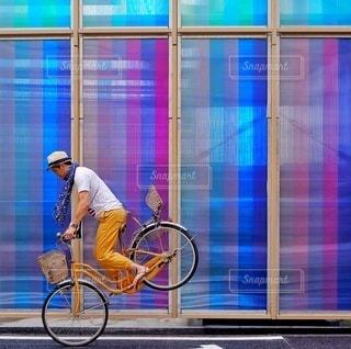自転車の後ろに乗って男の写真・画像素材[323]