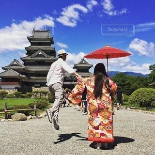 赤い傘を持って男は、の写真・画像素材[316]