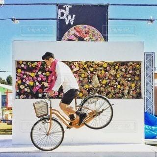 自転車の後ろに乗って男の写真・画像素材[309]