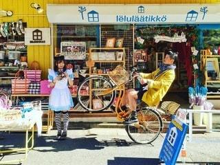 店の前に停まっている自転車の写真・画像素材[305]