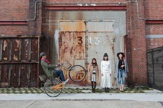 れんが造りの建物の前に自転車をの写真・画像素材[297]