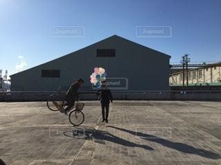 自転車の後ろに乗っている人のグループの写真・画像素材[293]