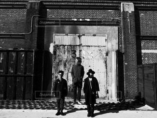 建物の前に立っている人の写真・画像素材[289]