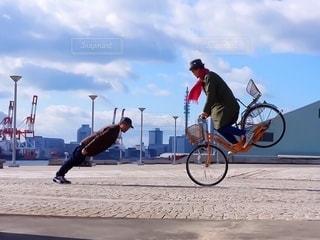 自転車に乗りながら空気を通って飛んで男の写真・画像素材[288]