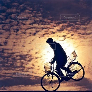 自転車の後ろに乗って男 - No.286