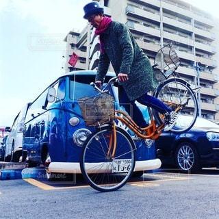 自転車の後ろに乗って女性の写真・画像素材[285]