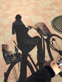 自転車を持っている手 - No.284