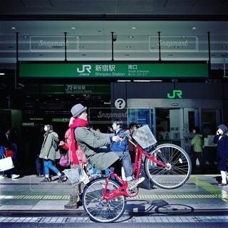 自転車の前に立っている人々 のグループ - No.278