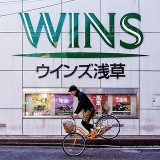 都市の通り自転車に乗る男の写真・画像素材[350]