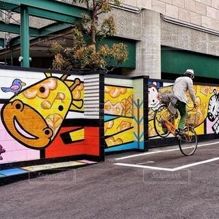 建物の側に落書きと自転車の写真・画像素材[378]