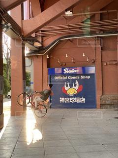 歩道に店がある大きなレンガ造りの建物の写真・画像素材[3223602]