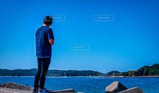テトラポットに立っている人の写真・画像素材[2464013]
