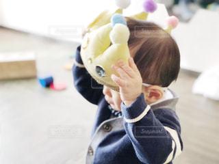 冠をかぶった小さな男の子の手の写真・画像素材[997641]