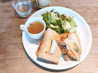 テーブルの上に食べ物のプレートの写真・画像素材[1025100]