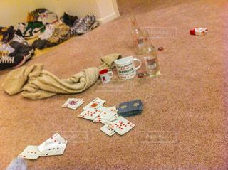 夜,お酒,部屋,床,遊び,飲み会,酒,宴会,アルコール,娯楽,トランプ,カーペット,自宅,宅飲み,家飲み,宴,夜遊び,終了,食い散らかした後,地べた
