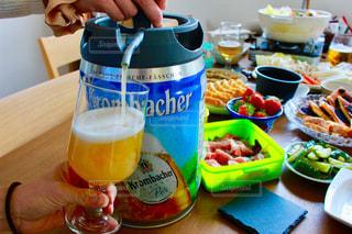 テーブルの上のビールの写真・画像素材[1016590]