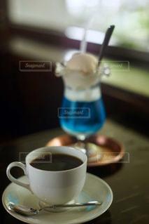 テーブルの上でコーヒーを一杯飲むの写真・画像素材[2223909]