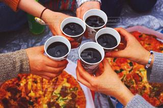 女性,5人以上,10代,20代,飲み物,風景,春,パーティ,手,花見,コーラ,乾杯,ホームパーティー,手元,ピザ