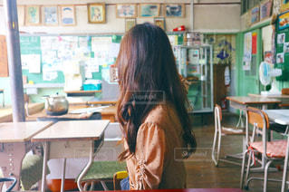 テーブルに座っている女性の写真・画像素材[1503357]