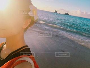 ビーチに座っている人の写真・画像素材[1503363]