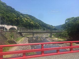 山の横にある赤い橋の写真・画像素材[713671]