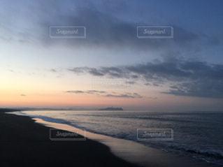 水の体に沈む夕日の写真・画像素材[713682]