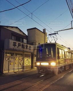 電車は建物の脇に駐車します。 - No.714321