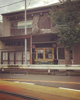 電車は建物の脇に駐車します。の写真・画像素材[714322]