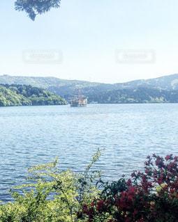 背景の山と水の大きな体 - No.726406