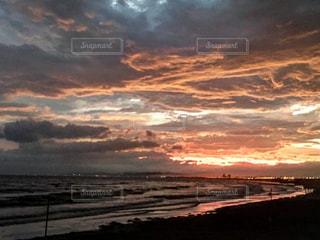 水の体に沈む夕日の写真・画像素材[727518]