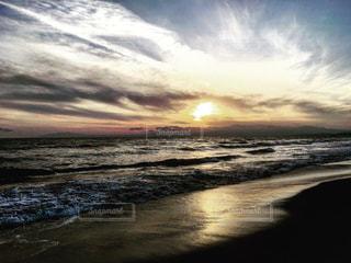 水の体に沈む夕日の写真・画像素材[729223]