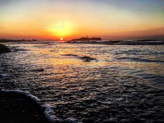 水の体に沈む夕日 - No.730809