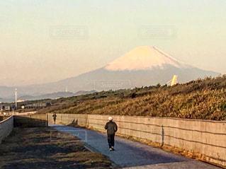 山の前に立っている男の写真・画像素材[737333]