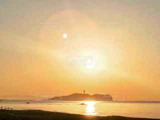 水の体に朝陽の写真・画像素材[737335]