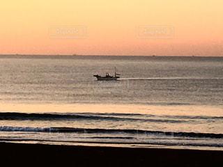 水の体に朝焼けの写真・画像素材[737343]