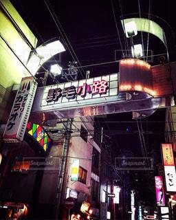 夜の店の前の写真・画像素材[766703]