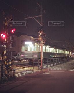 電車が夜の交通信号で停止しました。の写真・画像素材[766708]