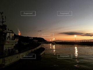 水の体に沈む夕日の写真・画像素材[766773]