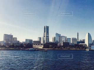 バック グラウンドで市と水の大きな体の写真・画像素材[769930]