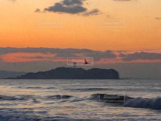 水の体に沈む夕日の写真・画像素材[776447]
