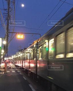 鋼のトラックに大きな長い列車の写真・画像素材[794956]