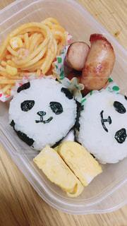 テーブルの上に食べ物のプレートの写真・画像素材[870732]