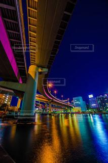 バック グラウンドで市と水に架かる橋の写真・画像素材[957173]
