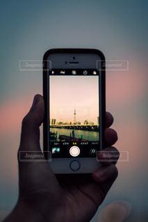 携帯電話を持つ手の写真・画像素材[964796]